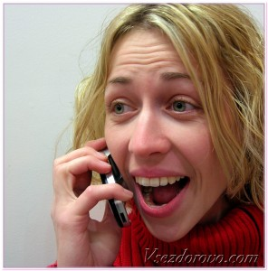 девушка разговаривает по мобильному телефону