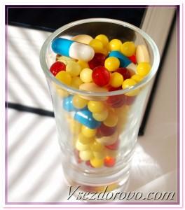 стаканчик с разноцветными таблетками