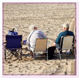 пожилые люди на пляже фото