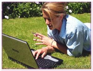 женщина работает на природе с ноутбуком