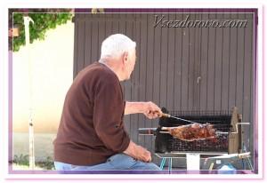 пожилой мужчина готовит барбекю