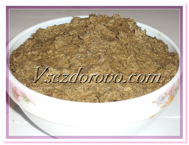 Добавляем предварительно перемолотые на кофемолке листья эвкалипта,  молотый имбирь, эвкалиптовое эфирное масло, все перемешиваем