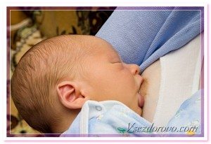 женщина кормит малыша грудью