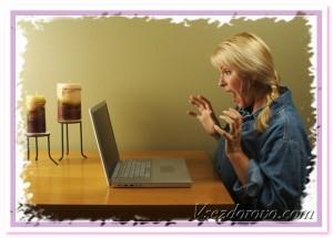 блондинка за ноутбуком фото