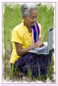 пожилая женщина работает на ноутбуке фото