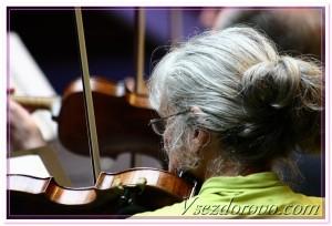 очень старая женщина играет на скрипке