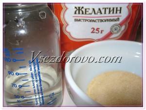 Желатин заливаем горячей кипяченой водой и ставим на 20-30 минут до полного растворения.