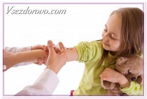 девочке ставят прививку