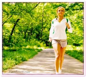 молодая девушка занимается спортом