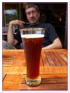 стакан красного пива