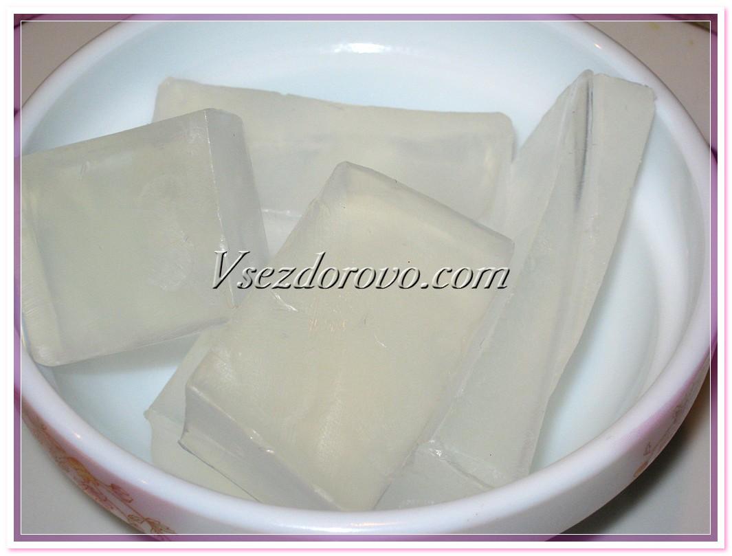 Нарезаем ее на кусочки и ставим растапливаться на водяную баню или в микроволновку
