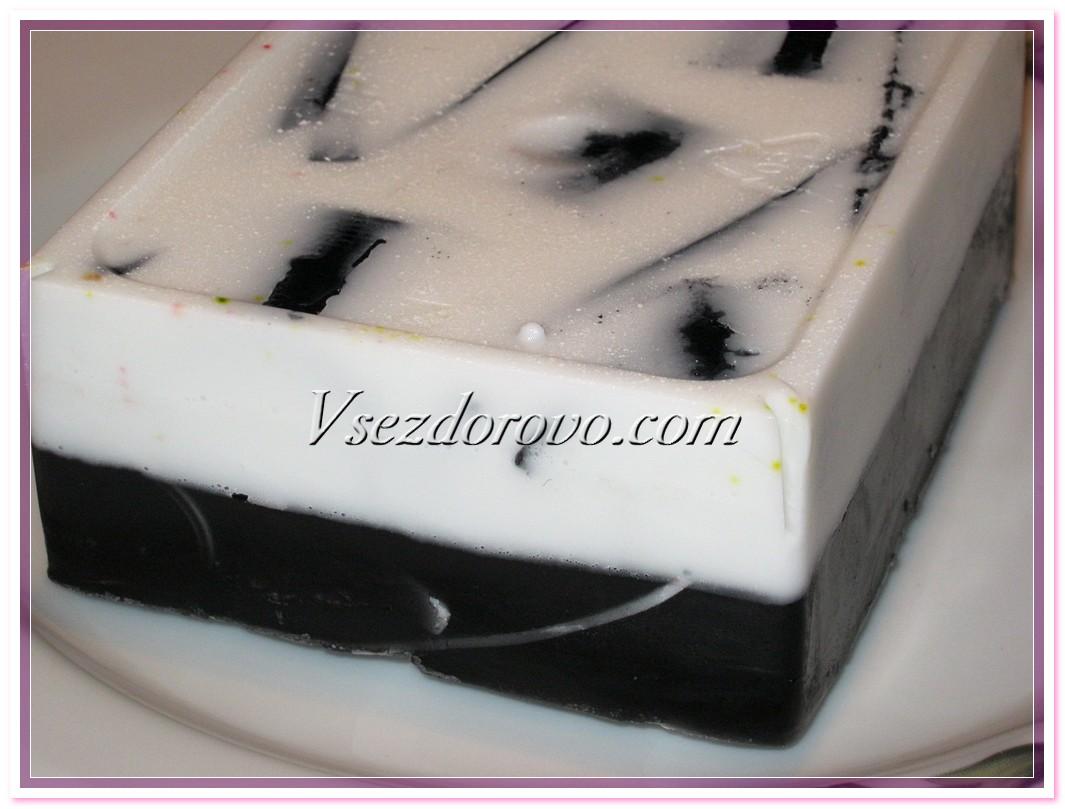 Если мыло с легкостью отходит от стенок формочки, можно его достать