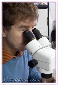 мужчина с микроскопом фото