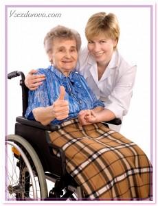 парализованная женщина в инвалидном кресле