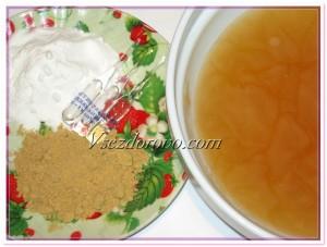 Когда мыло полностью растворится в воде, немного остужаем жидкость и добавляем 1,5 столовых ложки соды и 1,5 столовых ложки горчицы, все перемешиваем