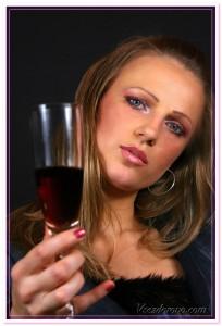 девушка с бокалом красного вина
