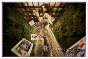 Красивая девушка бросает карты