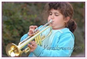 Девочка играет на трубе фото