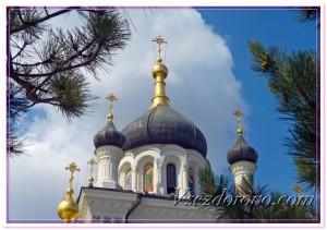 Купола православной церкви на фоне неба фото