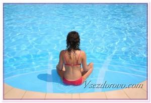 Девушка сидит возле бассейна фото