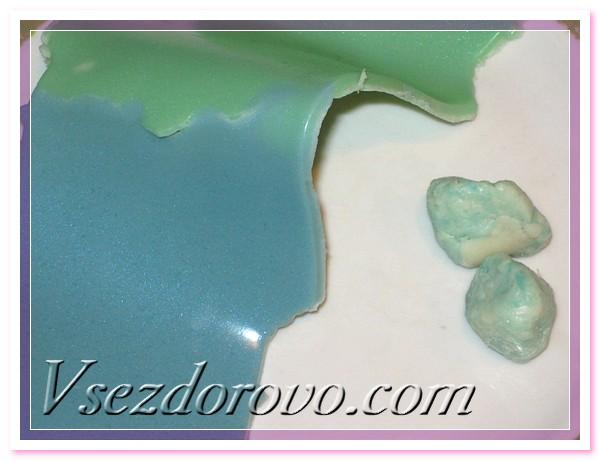 Потом отрываем от плоского застывшего мыла по кусочку и руками формируем шарики