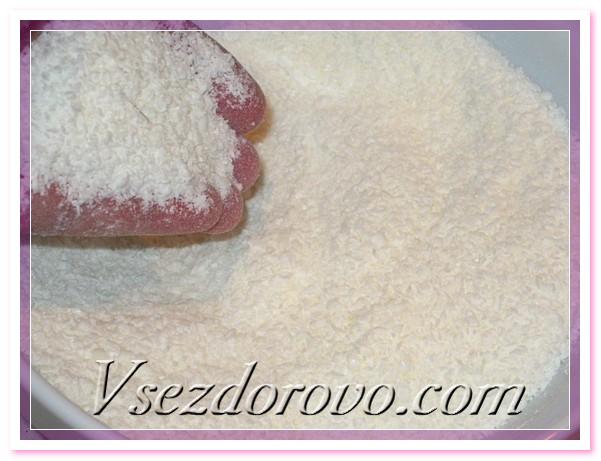 Натираем детское мыло на терке, можно руками измельчить полученную мыльную стружку, тогда процесс расплавления мыла пойдет быстрее