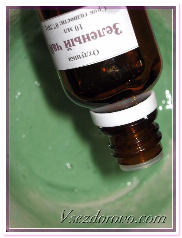 Готовим заливку - в растопленное мыло добавляем выбранный краситель, перемешиваем, немного остужаем и добавляем несколько капель эфирного масла или отдушки