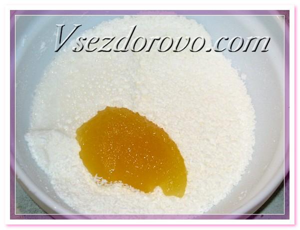 Добавляем подогретое молоко и мед и ставим на водяную баню или в микроволновку