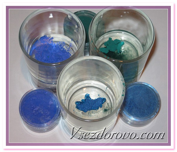 Пока мыло растапливается, готовим красители – в глицерине растворяем косметические пигменты