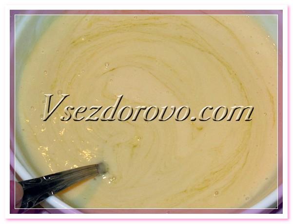 Немного остужаем жидкое мыло и добавляем оливковое и касторовое масла, все тщательно перемешиваем