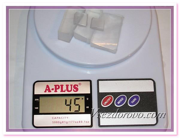 Отмеряем компоненты, берем 45 грамм мыльной основы