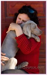 Женщина обнимает любимую собаку фото