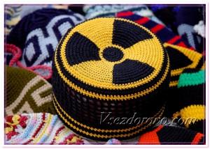 Вязаная шапка с эмблемой радиации фото
