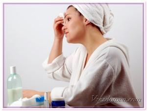 Девушка очищает кожу лица
