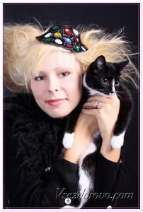 Радостная женщина с черно-белой кошкой фото