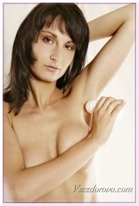Девушка с роликовым дезодорантом