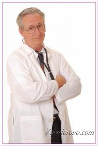 Приветливый пожилой врач