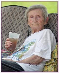 Пожилая женщина с напитком