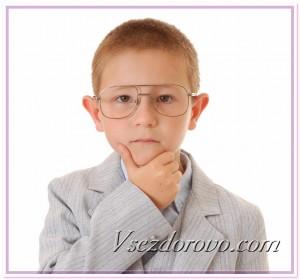 Умный мальчик в очках фото