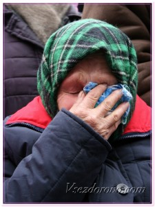 Старая женщина плачет фото