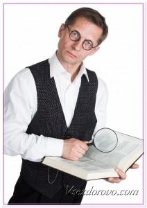 Мужчина в очках и с лупой фото
