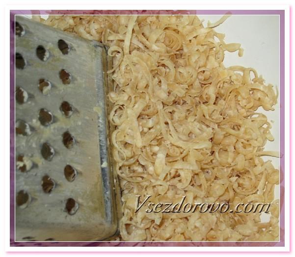 Натираем на терке 100 грамм обычного коричневого хозяйственного мыла, заливаем его небольшим количеством горячей воды и ставим плавиться на водяную баню