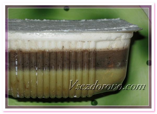 Излишки мыла сверху формочки аккуратно убираем ножом и ставим нашу форму с мылом, похожим на творожный десерт, на несколько часов застывать