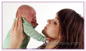 Женщина и плачущий ребенок фото