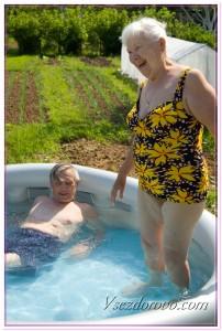 Пожилые мужчина и женщина в бассейне фото