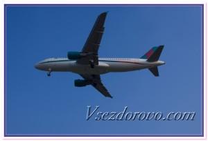 Самолет в голубом небе фото