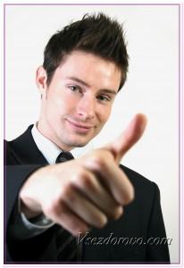 Позитивный молодой человек фото