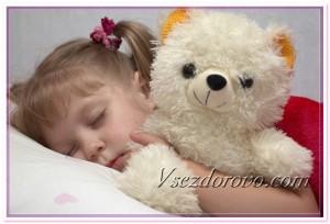 Маленькая девочка спит с игрушкой фото
