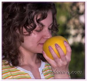 Девушка и спелый апельсин фото