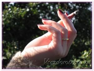 Женская рука с сигаретой фото
